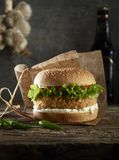Heerlijk hamburger en bier stock afbeeldingen