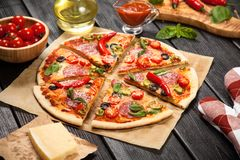 Heerlijk huis gemaakt tot pizza Stock Foto's