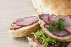 Heerlijk kijkend ham en sla sandwitch Stock Afbeelding