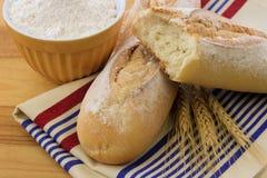 Heerlijk knapperig baguettebrood op een linnenhanddoek stock afbeelding