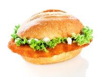 Heerlijk knapperig vissenhamburger of broodje royalty-vrije stock afbeelding