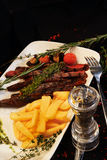 Heerlijk lapje vlees met groenten op een donkere achtergrond Stock Afbeelding