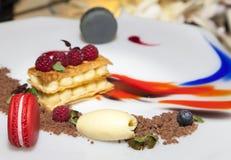 Heerlijk, modern verfraaid zoet dessert Royalty-vrije Stock Afbeeldingen