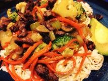 Heerlijk naar huis gekookt stirfry de groentenrundvlees van knoflookdeegwaren royalty-vrije stock afbeelding