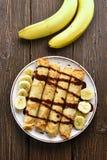 Heerlijk omfloers broodje met banaanplakken en chocoladesaus Royalty-vrije Stock Afbeeldingen