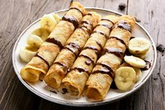 Heerlijk omfloers broodje met banaanplakken en chocoladesaus Stock Fotografie