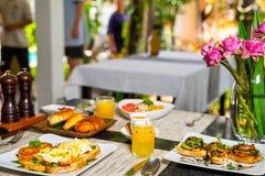 Heerlijk ontbijt in de ochtend stock afbeelding