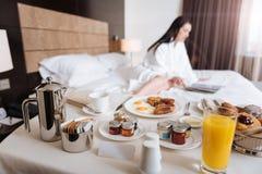 Heerlijk ontbijt die voor een hotelgast worden gediend stock foto