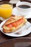 Heerlijk ontbijt van croissant en gerookte zalm royalty-vrije stock afbeeldingen