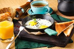Heerlijk ontbijt van roereieren met worst in een restaurant stock foto