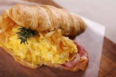 Heerlijk ontbijtcroissant royalty-vrije stock foto