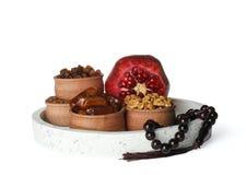 Heerlijk ramadan voedsel met geïsoleerde gebedparels stock fotografie