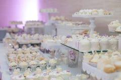 Heerlijk & smakelijk die wit cupcakes bij huwelijksontvangst wordt verfraaid Stock Foto
