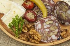 Heerlijk specialiteitvoedsel, salami met okkernoten Verfrissingen voor belangrijke gasten Traditioneel specialiteitvoedsel Stock Fotografie