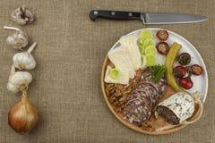 Heerlijk specialiteitvoedsel, salami met okkernoten Verfrissingen voor belangrijke gasten Traditioneel specialiteitvoedsel Stock Foto's