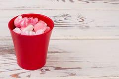 Heerlijk suikergoed in rode pot stock fotografie