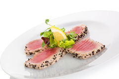Heerlijk tonijnlapje vlees met salade royalty-vrije stock foto's