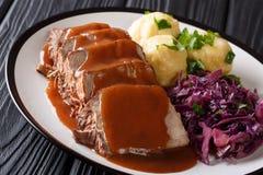 Heerlijk traditioneel Duits diner langzaam gestoofde Sauerbraten - stock foto