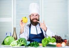 Heerlijk voedsel Chef-kokmens in hoed Geheim smaakrecept Het op dieet zijn en natuurvoeding, vitamine Het gezonde voedsel koken stock afbeeldingen