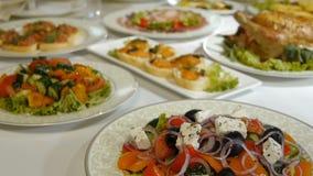 Heerlijk voedsel in een aardige kom op een lijst stock footage