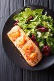 Heerlijk voedsel: gebakken zalm met garnalen in honingssaus en fres stock fotografie