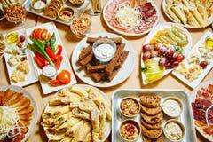 Heerlijk voedsel op de lijst royalty-vrije stock afbeeldingen