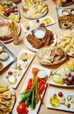 Heerlijk voedsel op de lijst royalty-vrije stock afbeelding