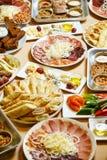 Heerlijk voedsel op de lijst stock fotografie