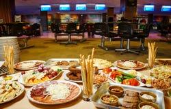 Heerlijk voedsel op de lijst stock afbeelding