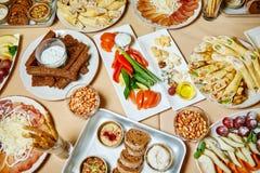 Heerlijk voedsel op de lijst stock foto's