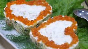 Heerlijk voedsel op de lijst Sandwiches met rode kaviaar in de vorm van een hart en met dille op plaat en bladen van stock footage