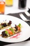 Heerlijk voorgerecht met garnalen op knapperig brood stock foto's