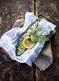 Heerlijk zeevruchtendiner van gehele gebakken vissen Royalty-vrije Stock Foto's