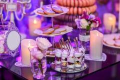 Heerlijk zoet buffet met roomdesserts in geschotene glazen, cupcakes Stock Foto