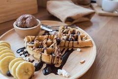 Heerlijk zoet dessert: eigengemaakte wafel met chocoladesaus royalty-vrije stock afbeeldingen