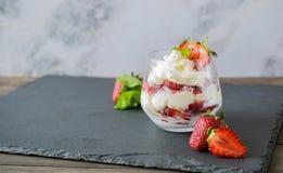 Heerlijk zoet dessert met slagroom en aardbeien royalty-vrije stock afbeeldingen
