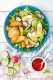 Heerlijke aardappel in de schil, gekookt ei en verse groentesalade van sla, komkommer en radijs De zomermenu voor detoxdieet stock fotografie
