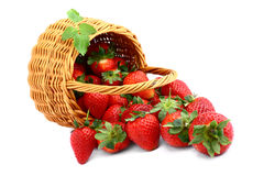 Heerlijke aardbeien in mand Stock Fotografie