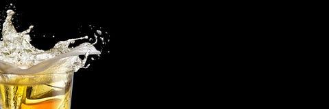 Heerlijke alcoholische in cocktail met plons op een zwarte achtergrond Brede formaatbanner stock fotografie