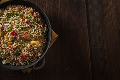 Heerlijke Aziatische rijst op een zwart gietijzer met hout Royalty-vrije Stock Afbeeldingen