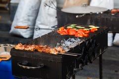 Heerlijke bbq kebabgroenten die bij de open grill, openluchtk roosteren royalty-vrije stock foto's