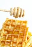 Heerlijke Belgische wafels en stok aan honing royalty-vrije stock foto's