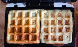 Heerlijke Belgische wafels op een wafeltje stock foto's