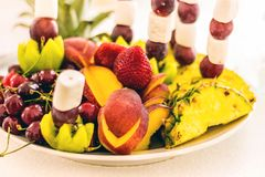 Heerlijke bessen en vruchten op een schotel Aardbeien, cherrie royalty-vrije stock afbeeldingen