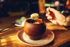 Heerlijke bollen met kip en dille in kleipot die in koffie wordt gediend Oekra?ens traditioneel voedsel royalty-vrije stock afbeeldingen