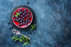 Heerlijke bosbessencake met verse bessen en marmelade, smakelijke kaastaart royalty-vrije stock afbeeldingen