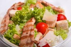 Heerlijke Caesar-salade met kippenvlees Stock Foto's