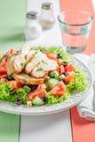 Heerlijke Caesar-salade met tomaten, komkommer en kip stock foto