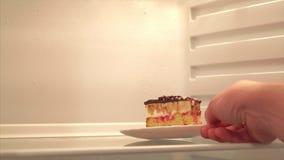 Heerlijke Cake in de ijskast Gezond voedsel, moeilijke keus stock videobeelden