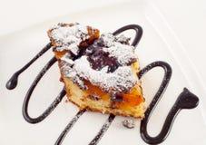 Heerlijke cake die van abrikoos en chocolade wordt gemaakt Stock Foto's